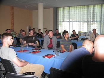 Uczestnicy szkolenia przysłuchują się charakterystyce izolacji z celulozy jako dociepleń budynków
