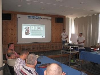 Marcin i Axel prezentują maszynę do wdmuchiwania izolacji EM320 do ociepleń budynków
