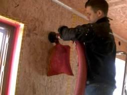 Fachowcy zwarszawskiej firmy Klinika Ciepła wykonują ocieplenie ścian celulozą isofloc F. Dowdmuchnięcia celulozy wykorzystano dyszę odpowietrzaną x-jet, któraskraca czas pracy, ograniczając pylenie wczasie instalacji iilość potrzebnych otworów instalacyjnych. Otwory instalacyjne zabezpiecza się taśmą Sicrall170.