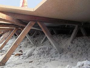 Ocieplanie stropodachów celulozą isofloc zmniejsza straty ciepła wbudynku. Przy docieplaniu dachów wbudynkach niższych niż 12 m, niepotrzeba pozwolenia nabudowę, wystarczy zgłoszenie.