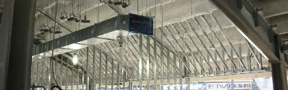warstwa izolacji natrysnieta na strop pod trybunami stadionu