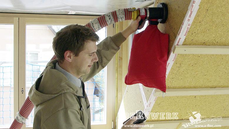 Docieplanie budynków poprzez wdmuchiwanie celulozy wskosy dachu