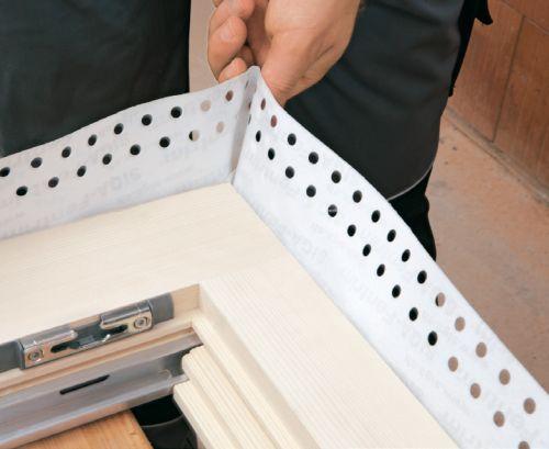Fot. Wykańczanie narożników okiennego fartucha z taśmy FENTRIM do zapewnienia szczelności powietrznej od wewnątrz.