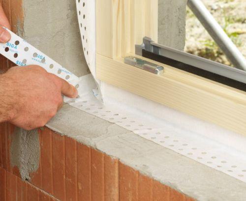 Wykańczanie narożników uszczelniających odwewnątrz taśmami FENTRIM przy montażu okien umieszczonych wpołowie grubości ściany.