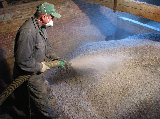 Metody i miejsca instalacji naturalnej izolacji z celulozy docieplania wdmuchiwane podłoga stropy zabytkowe derowerk