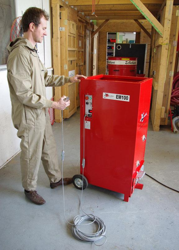 EM100 najmniejsza maszyna do wdmuchiwania materiałów izolacyjnych.